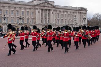 イギリス・バッキンガム宮殿前の衛兵